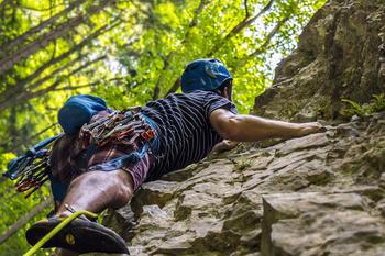 En som klatrer opp en fjellvegg, foto: Lukas Prudil fra Pixabay