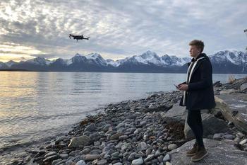En gutt flyr en drone, foto: Hege Bergfald Jakobsen